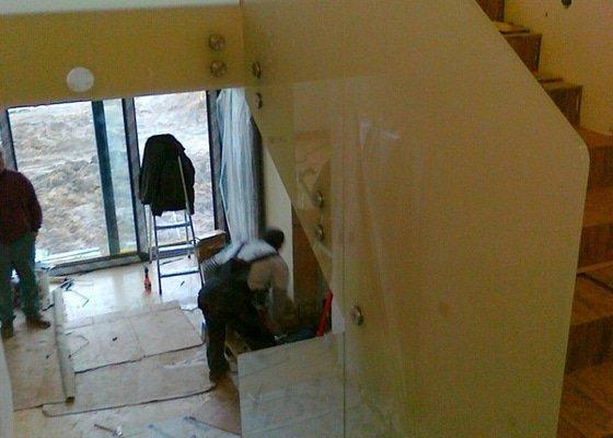 Skleněné zábradlí schodiště a galerie s nerezovým madlem