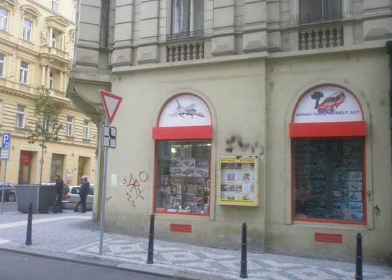 Nátěr fasády s vyspravením podkladu a nátěr výloh