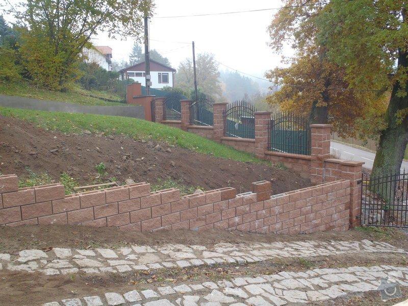 Stavba opěrné stěny z KB bloků: PA290349