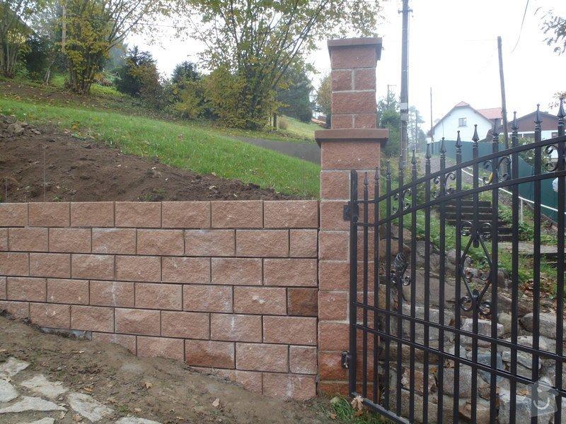 Stavba opěrné stěny z KB bloků: PA290347