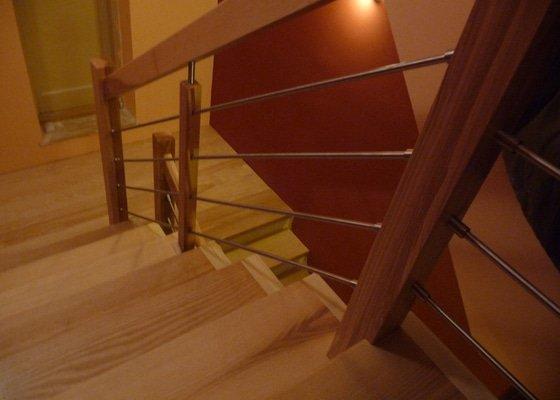 Schody za zábradlí schodiště z Jasanu