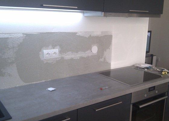 Kuchyňská linka, skleněný obklad