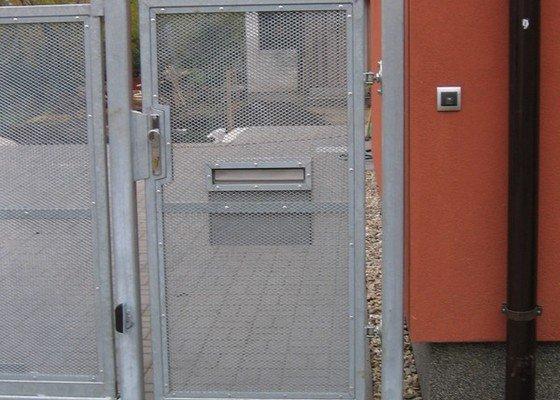 Samonosná brána a branka.