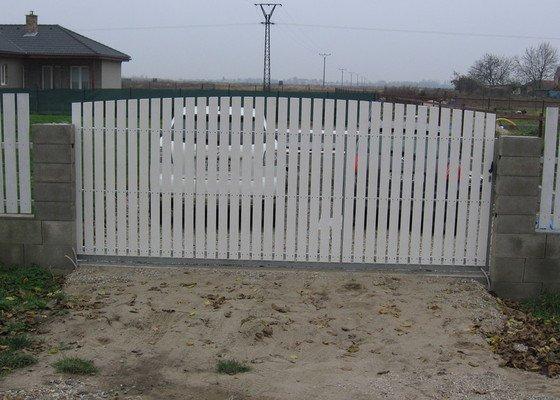 Pojezdová brána a branka.