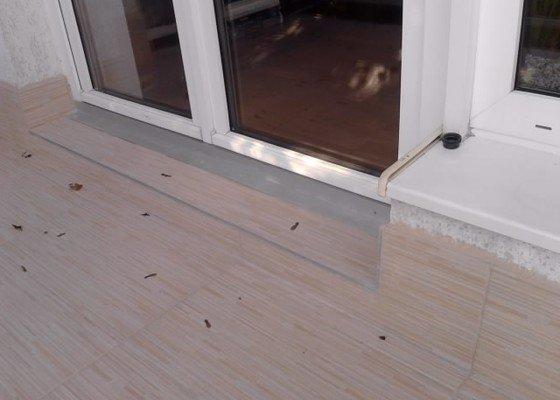 Rekonstrukce dlažby na terase. Odstranění staré dlažby, srovnání, hydroizolační stěrka a pokládka nové dlažby.