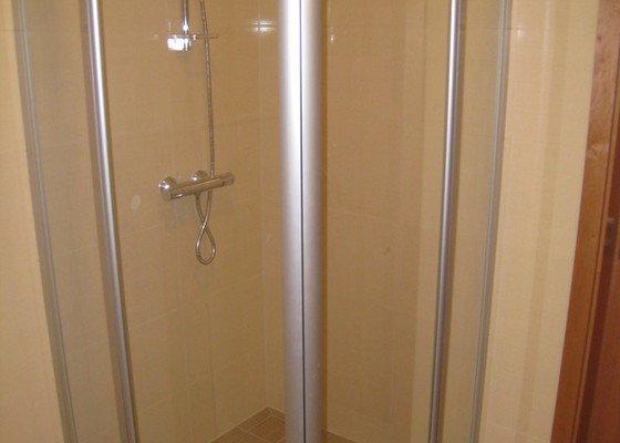 Koupelna, montáž obkladu a dlažby