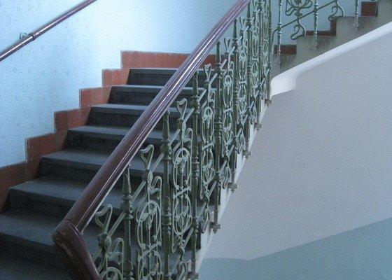Výmalba a renovace zábradlí ve společných prostorách domu