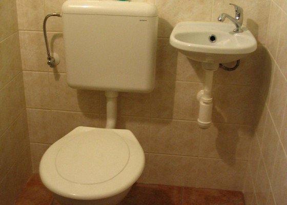 Obklady a dlažba v koupelně, WC a dlažba v chodbě