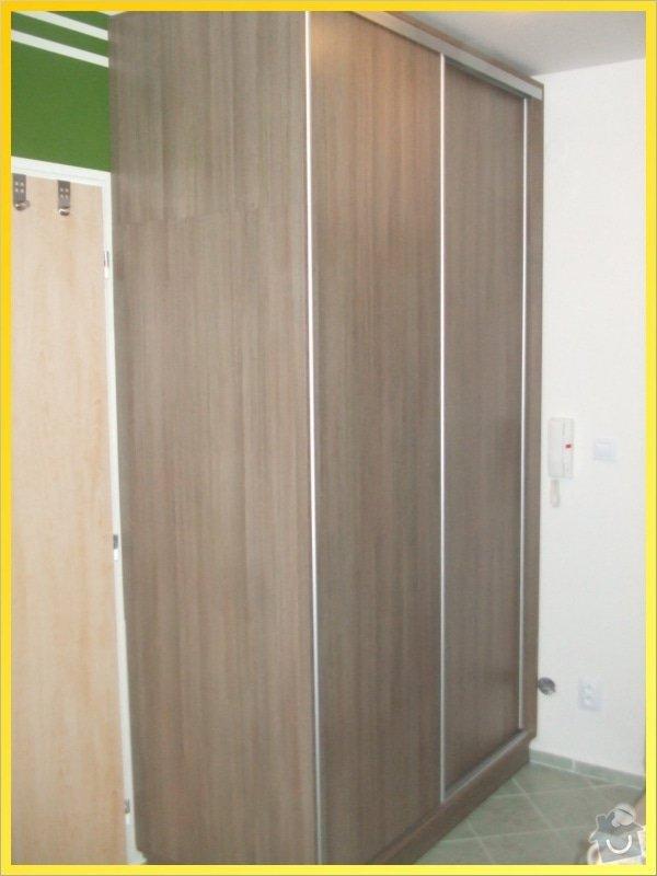 Botníky a skříň s posuvnými dveřmi: 112