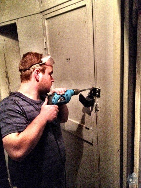 Oprava nebo náhrada vylomené kovové petlice: IMG_0189
