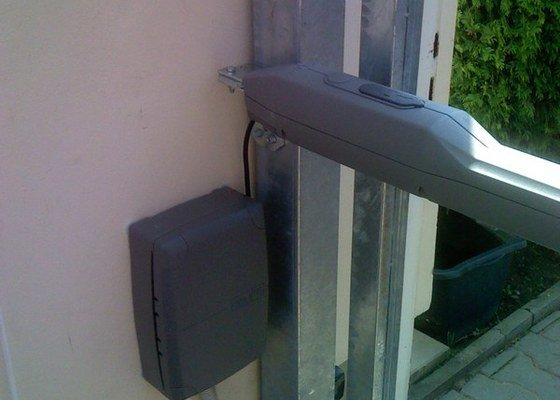 Elektricky otvíraná vrata a zástěny pozemku