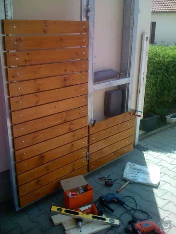Elektricky otvíraná vrata a zástěny pozemku: 055