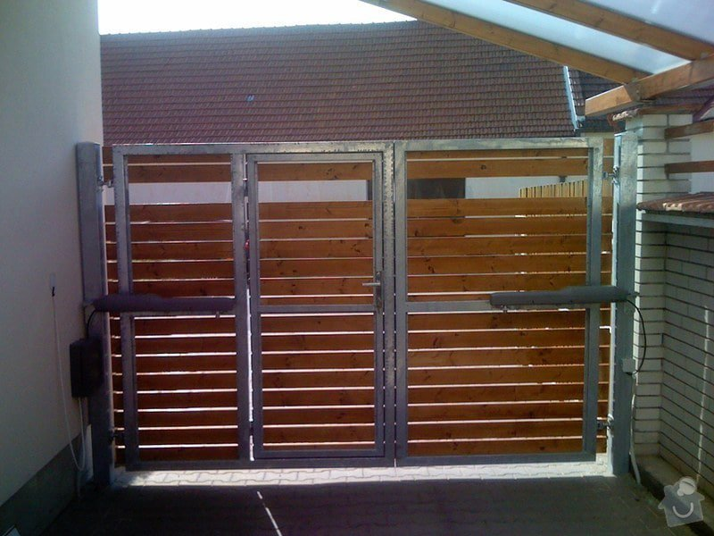 Elektricky otvíraná vrata a zástěny pozemku: 062