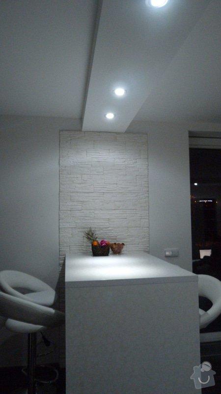 Kuchyňská linka, barový pult, vinylové podlahy, obložkové dveře, obývací stěna: P1000784