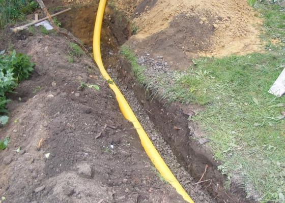 Realizace výkopových a zemních prací spojených s izolací a odvodněním domu.