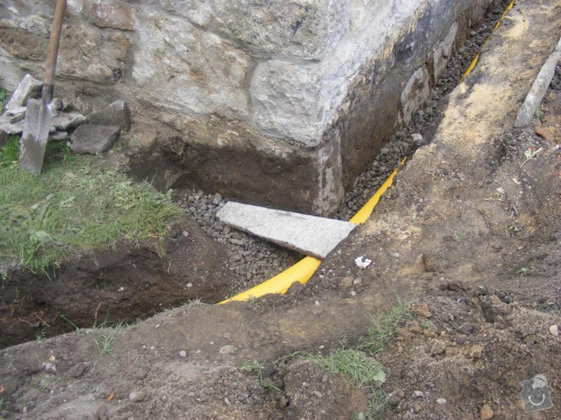 Realizace výkopových a zemních prací spojených s izolací a odvodněním domu.: reference-exterier-poloch-4