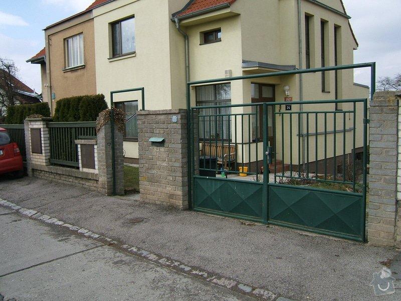 Odstranění a stavba nového plotu u rodinného domu: plot_z_ulice1