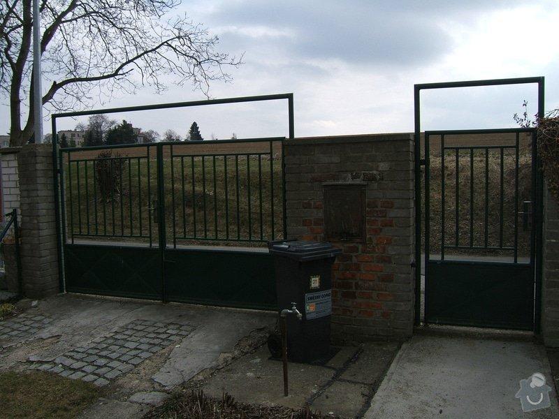Odstranění a stavba nového plotu u rodinného domu: plot_vjezd_za_branou