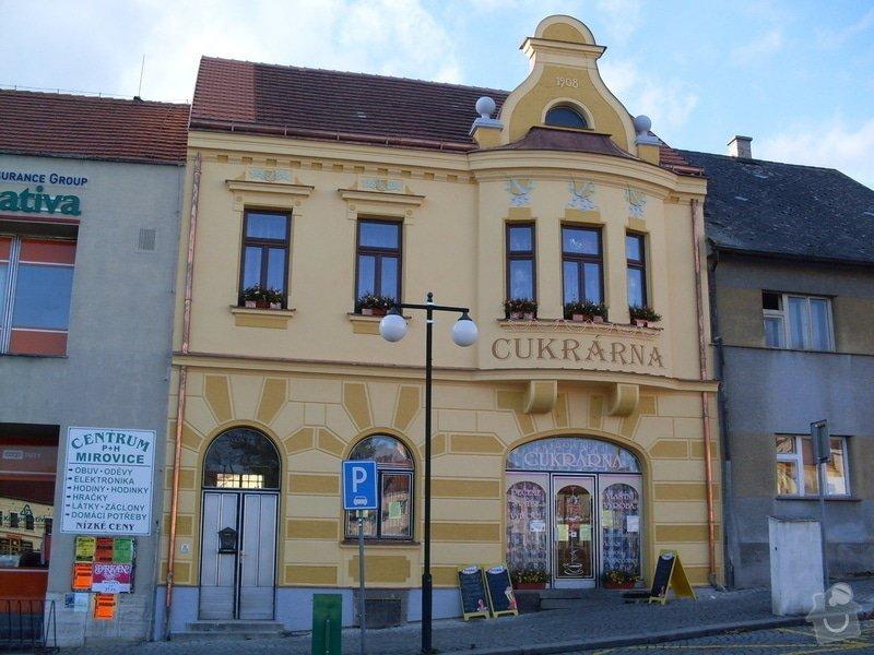 Rekonstrukce historické secesní fasády - Cukrárna v Mirovicích: Po_rekonstruci_-_fasada_v_barevnych_odstinech_erby_v_barevnem_provedeni