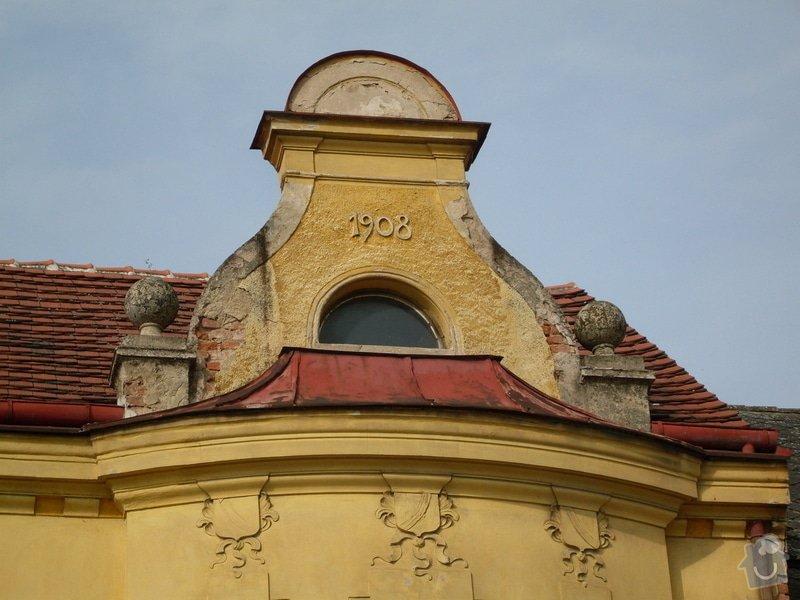 Rekonstrukce historické secesní fasády - Cukrárna v Mirovicích: Atika_pred_opravou_erby_bez_barevne_upravy