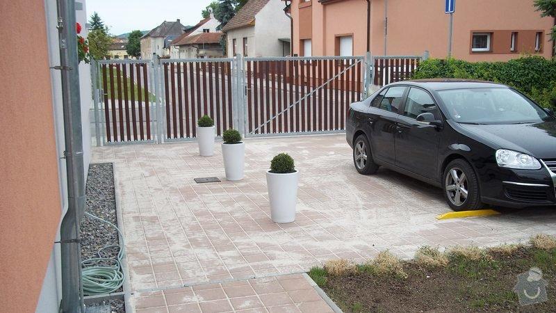 Zámková dlažba a hrubá stavba zahradního domku: 100_0202