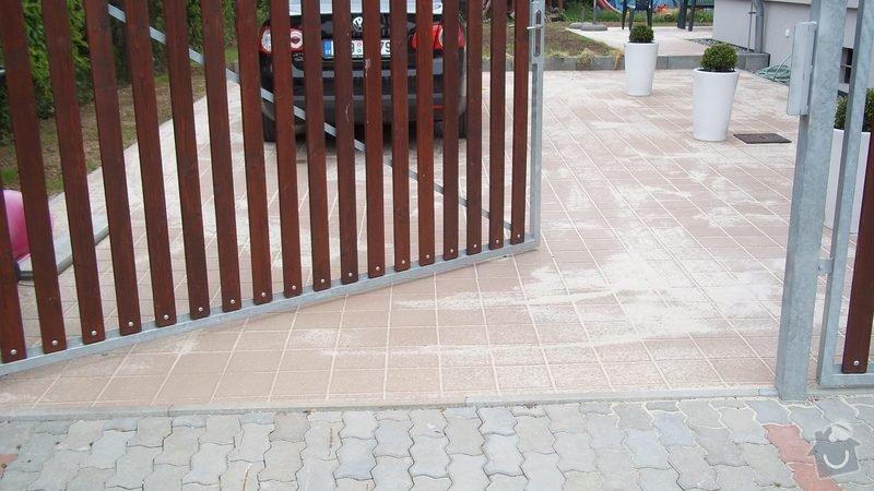 Zámková dlažba a hrubá stavba zahradního domku: 100_0203