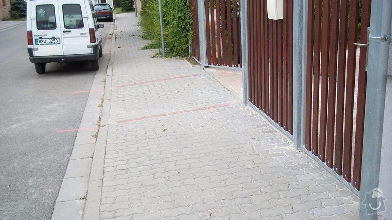 Zámková dlažba a hrubá stavba zahradního domku: 100_0204