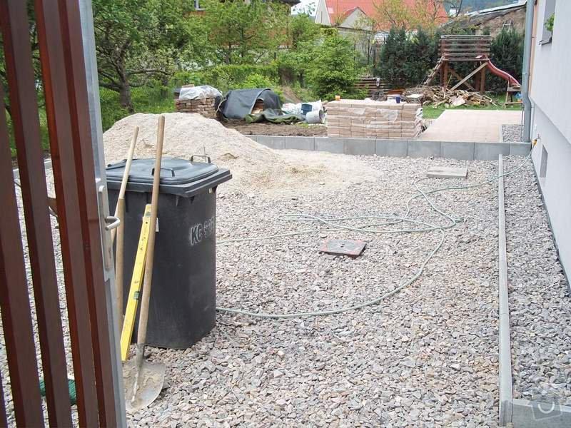 Zámková dlažba a hrubá stavba zahradního domku: 101_0039