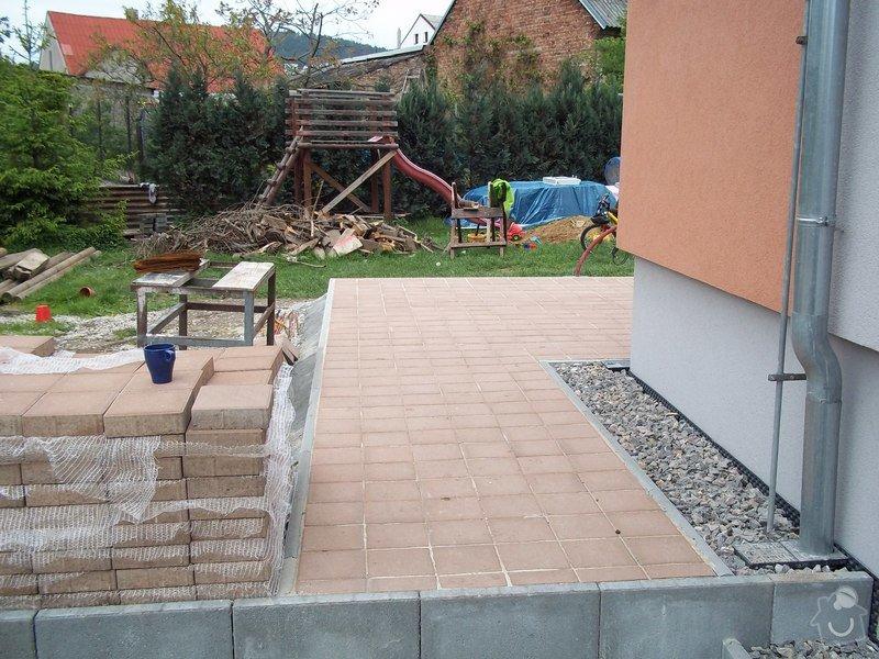 Zámková dlažba a hrubá stavba zahradního domku: 101_0040