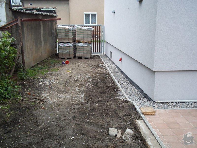 Zámková dlažba a hrubá stavba zahradního domku: 101_0044