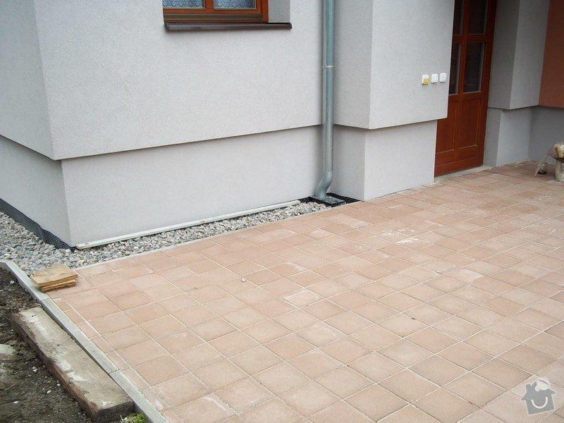 Zámková dlažba a hrubá stavba zahradního domku: 101_0045