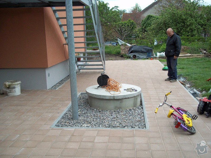Zámková dlažba a hrubá stavba zahradního domku: 101_0046