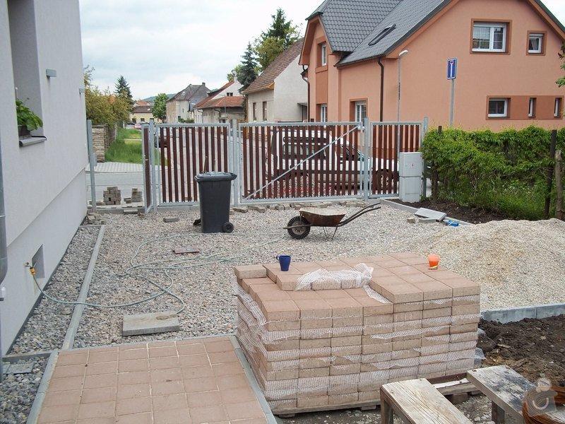 Zámková dlažba a hrubá stavba zahradního domku: 101_0048