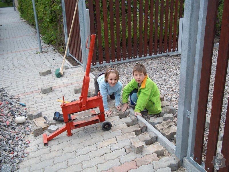 Zámková dlažba a hrubá stavba zahradního domku: 101_0049
