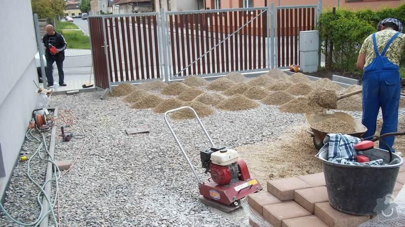 Zámková dlažba a hrubá stavba zahradního domku: 101_0059