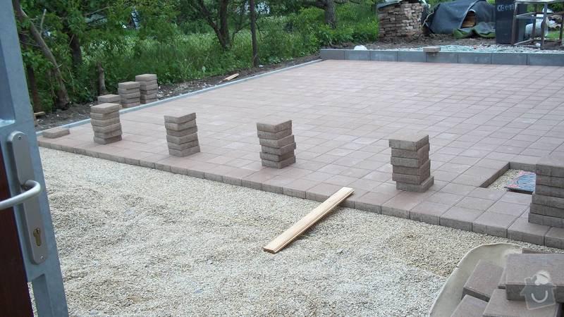 Zámková dlažba a hrubá stavba zahradního domku: 101_0060