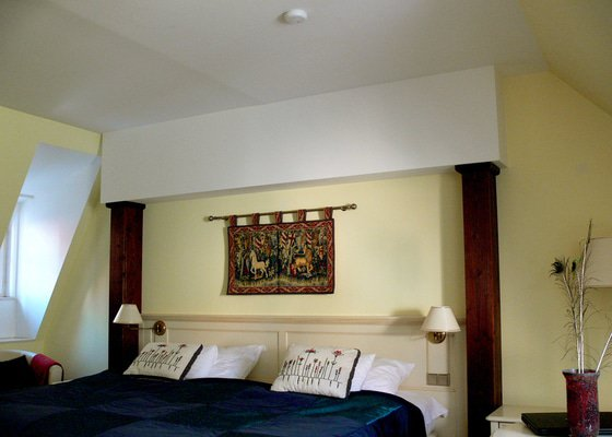 Malování a dekorace hotelového pokoje