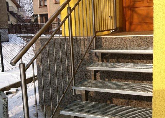 Nerezové zábradlí balkónu a nerezové schody