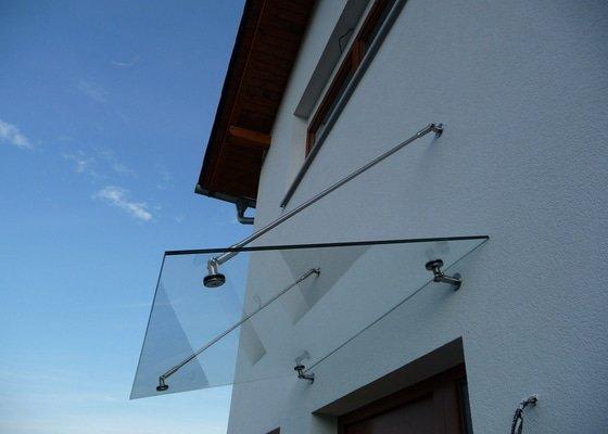 Skleněný přístřešek a zábradlí na francouzském okně