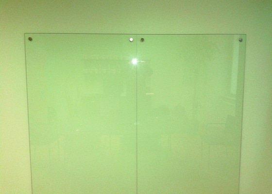 2 skleněné tabule (k opakovanému popisování) s uchycením