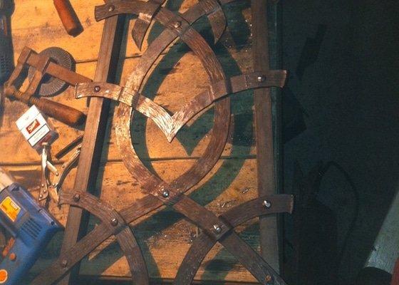 Kovaná designová mříž nad krb