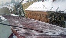 Odstranění sněhu ze střechy pomocí horolezecké techniky