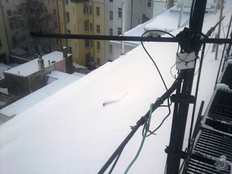 Odstranění sněhu ze střechy pomocí horolezecké techniky: Fotografie013