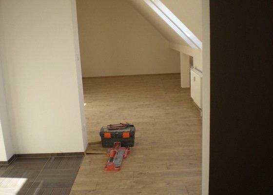 Pokladka plovouci podlahy a dlazby, obklad kuchyne