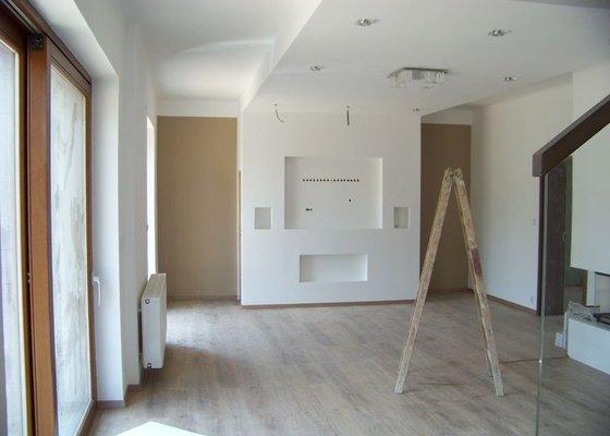 Sádrokartonový podhled a stěna v obývacím pokoji