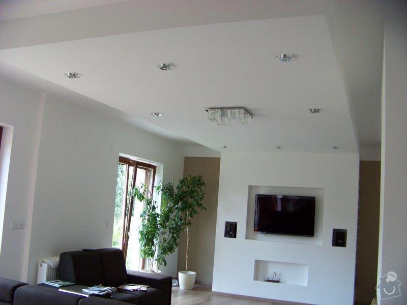 Sádrokartonový podhled a stěna v obývacím pokoji: 100_3973