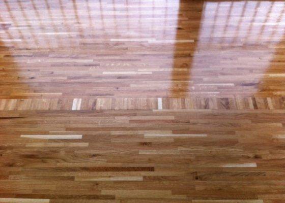 Pokládka dřevěné průmyslové mozaiky
