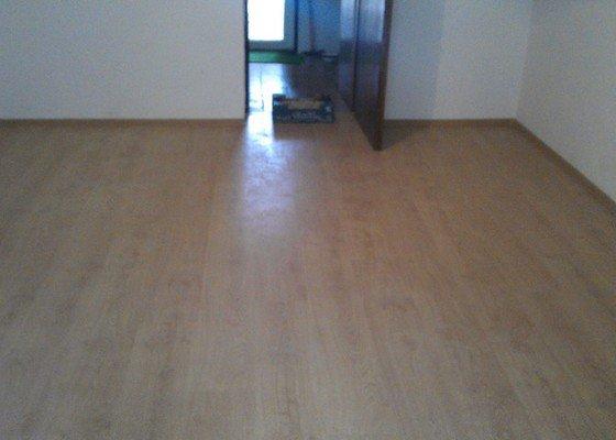 Pokladka plovouci podlahy 5x4m