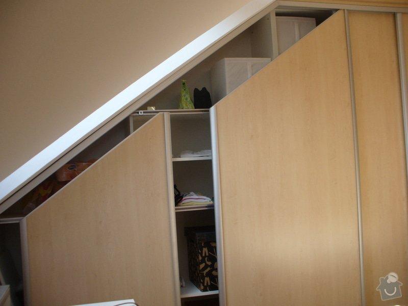 Vestavěná skříň, šikmá vestavěná skříň, škříň, PC stůl, noční stolky a ostatní nábytek: P1230251