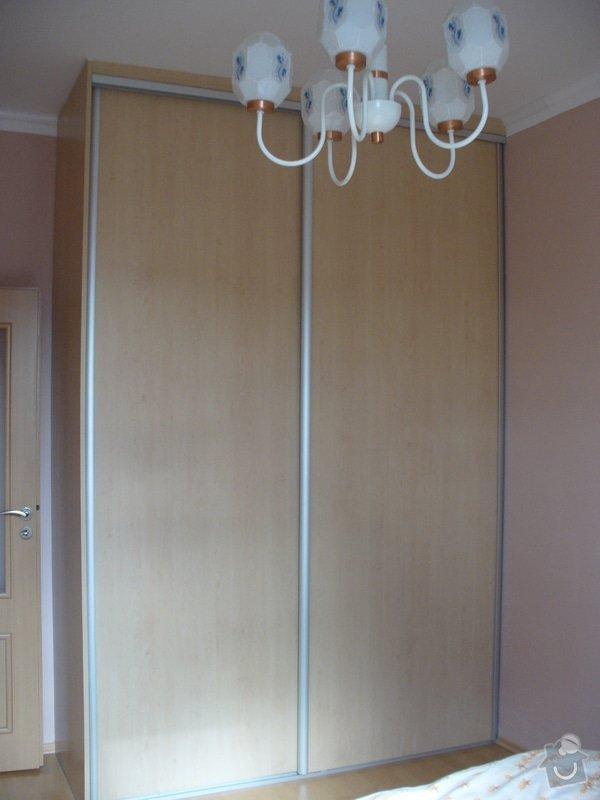 Vestavěná skříň, šikmá vestavěná skříň, škříň, PC stůl, noční stolky a ostatní nábytek: P1230254